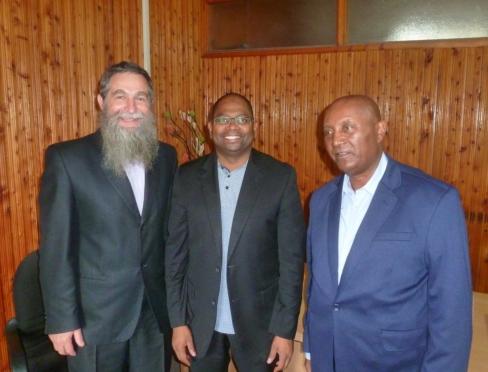Spotkanie - od lewej prof. Arkadiusz Żukowski, prof. Idris Rai JM Rektor Uniwersytetu w Zanzibarze, dr hab. Degefe Gemechu