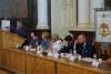 Stół prezydialny podczas otwarcia forum